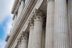 Close-updetail van overladen pijlers van St Paul Cethedral Londen stock foto