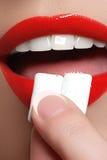 Close-updetail van vrouw die kauwgom zetten in haar mond Kauwgom, het Eten, Vrouwen Sluit omhoog op een Mooi Meisje Stock Fotografie