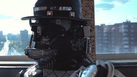 Close-updetails van hoofd en schouders van androïde lengte Details, schroeven van de mens van de metaalrobot op achtergrond van m stock video