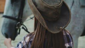 Close-upf portret van een gelukkig meisje die met een vriendschappelijk wit paard glimlachen 4K stock videobeelden
