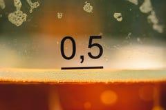 Close-upfoto met halve liter bier Stock Foto's