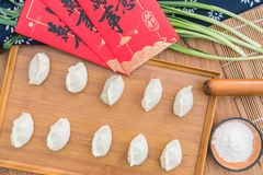 Close-upfoto's van zongzi en jujube op Dragon Boat FestivalDumplings, bloem, rollende stokken, rode enveloppen op de houten lijst royalty-vrije stock foto