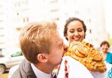 Close-upfoto van bruid en bruidegom het knagen aan Stock Fotografie
