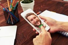 Close-upfoto van de handen die van de vrouw smartphone houden Stock Afbeelding