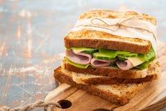 Close-upfoto van een dubbeldekker De sandwich met komt, prosciutto, salami, salade, groenten samen, sla op gesneden vers royalty-vrije stock fotografie
