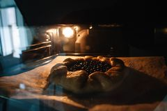 Close-upfoto van galette met zwarte besbaksel in een oven stock foto