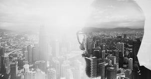 Close-upfoto van modieuze gebaarde glazen dragen en bankier die stad kijken Dubbele blootstelling, panorama eigentijdse megalopol stock foto's