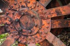 Close-upfoto van oud rood geroest wiel stock foto