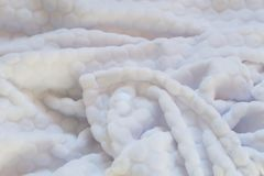 Close-upfoto van zachte, pluizige slaap witte deken stock foto's