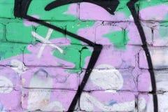 Close-upfragment van een tekening op de muur door aërosolverf die wordt toegepast De muur wordt bedorven door een massa kleurrijk royalty-vrije stock afbeeldingen