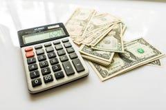 Close-upgeld en Calculator, Amerikaanse Dollarbankbiljetten Stock Fotografie