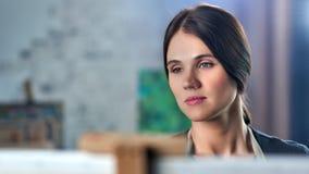 Close-upgezicht van begaafde concentratie vrouwelijke schilder die tekenings van beeld genieten bij studio stock videobeelden