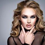 Close-upgezicht van een mooi meisje met make-up in stijl rokerig oog stock afbeelding