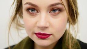 Close-upgezicht van een mooie jonge sexy voloptuous vrouw die enkel voor de camera kijken Aantrekkelijk overweldigend meisje stock video