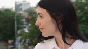 Close-upgezicht van het gelukkige succesvolle volwassen bedrijfsvrouw kijken weg in stad stock video