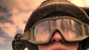 Close-upgezicht van Kaukasische militair in helm met hemel en zonneschijnbezinning over glazen die, vibes van hoop vooruitzien stock videobeelden