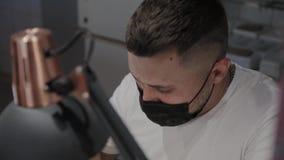 Close-upgezicht van mensenmanicure op het werk stock videobeelden