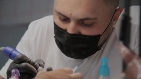Close-upgezicht van mensenmanicure op het werk stock video