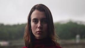 Close-upgezicht van ongelukkig meisje met nat haar in regen, bewolkt droevig weer stock video