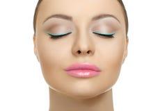 Close-upgezicht van schoonheidsvrouw met blauwe eyelinersamenstelling stock fotografie
