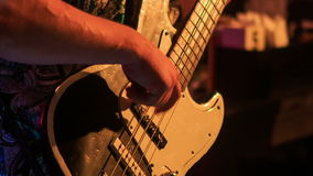 Close-upgitarist Plays Electric Guitar in Nachtbar bij Flitsen stock footage