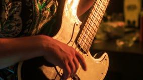 Close-upgitarist Plays Electric Guitar in Nachtbar bij Flitsen stock videobeelden