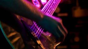 Close-upgitarist Plays Guitar in Nachtclub bij Lichte Flitsen stock video