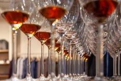 Close-upglazen met cognactribune in lijn Onder mening, zachte nadruk De brandewijn van de de geestenwhisky van conceptendegustati royalty-vrije stock afbeelding
