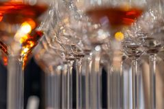 Close-upglazen met cognactribune in lijn Onder mening, zachte nadruk De brandewijn van de de geestenwhisky van conceptendegustati royalty-vrije stock foto