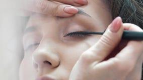 Close-upgrimeur Draws Arrows To een Cliëntmeisje stock videobeelden