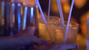 Close-uphanden met voorbereide dranken in de bar stock video