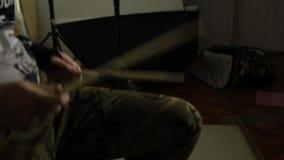 Close-uphanden van expressieve jonge slagwerker met trommelstok stock video