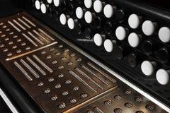 Close-upharmonika tegen een zwarte achtergrond stock foto's