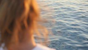 Close-uphoofd van een klein meisje op overzeese achtergrond stock video