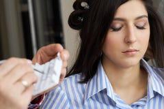 Close-uphulpmiddel voor wimperuitbreiding De meester van pincet werkt eyelashes stock afbeeldingen
