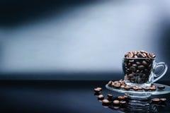 Close-upkoffie op de donkere achtergrond van het kopglas Stock Afbeeldingen