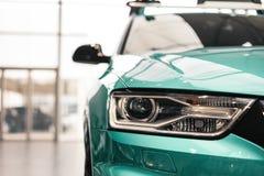 Close-upkoplampen van een moderne auto van de Muntkleur royalty-vrije stock afbeeldingen