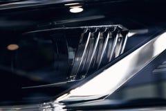 Close-upkoplampen van een moderne auto Detail op het voorlicht van een auto stock afbeelding