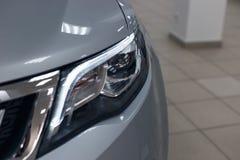 Close-upkoplampen van een moderne auto Detail op het voorlicht van een auto stock afbeeldingen