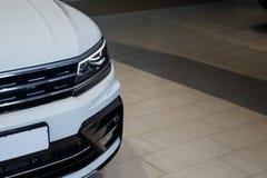 Close-upkoplampen van een moderne witte kleurenauto Detail op het voorlicht van een auto royalty-vrije stock afbeeldingen