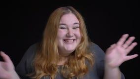 Close-upkrasgeluid van jong te zwaar Kaukasisch wijfje met gouden donkerbruin haar worden die die voor wordt opgewekt en gelukkig stock footage