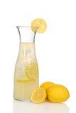 Close-uplimonade in waterkruik met citroenen Stock Afbeelding