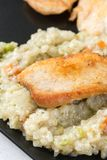 Close-upmacro van gebraden kippen wit vlees met risotto in de zwarte vierkante plaat Royalty-vrije Stock Foto's