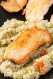 Close-upmacro van gebraden kippen wit vlees met risotto in de zwarte vierkante plaat Stock Fotografie