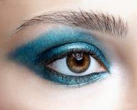 Close-upmacro van menselijk vrouwelijk oog wordt geschoten dat Meisje met perfecte huid a royalty-vrije stock afbeeldingen