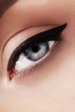 Close-upmacro van mooi vrouwelijk oog met perfecte vormwenkbrauwen Schone huid, manier naturel samenstelling Goede Visie Stock Foto