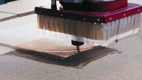 Close-upmalen van houten delen op CNC machine stock video