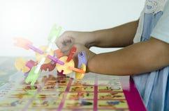Close-upmeisje gemaakte stuk speelgoed blokken Stock Afbeelding