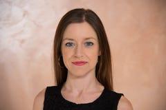 Close-upmeisje met blauwe ogen en lang recht bruin haar royalty-vrije stock foto