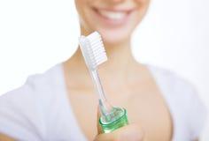 Close-upmeisje met tandenborstel schoonmakende tanden thuis stock fotografie
